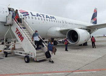 Passageiros desembarcam após incidente (Arquivo Pessoal)