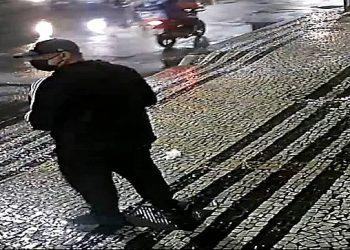 Homem lança explosivo contra muro do Consulado Chinês, no Rio de Janeiro (Reprodução)