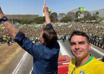 Jair Bolsonaro, Presidente da República, ao lado do filho, Flávio, Senador (Redes Sociais)
