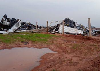 Galpão na área rural destruído pelo vento (Sejuf/via AEN)