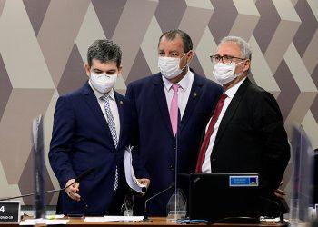 Randolfe Rodrigues, vice-presidente da CPI, Omar Aziz, presidente da comissão e Renan Calheiros, relator (Pedro França/Agência Senado)
