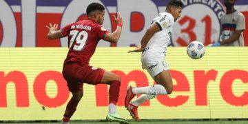Rony disputa bola com Matheus Bahia  durante partida na arena Fonte Nova. (Cesar Greco/Palmeiras F. C.)
